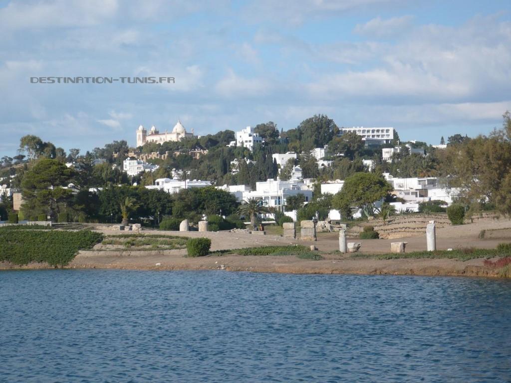 Vaste lac intérieur : l'ancien port militaire de Carthage.