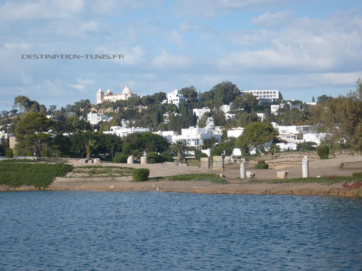 Vaste lac intérieur : l'ancien port militaire.