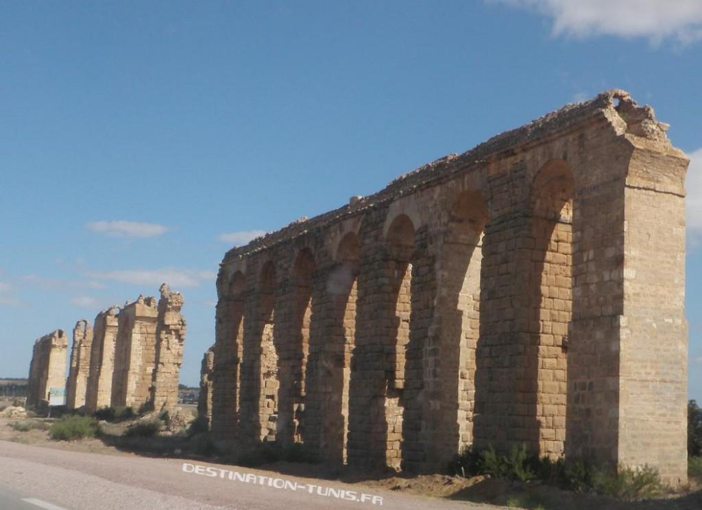 Les immenses arches de l'aqueduc Zaghouan - Carthage, au niveau de Oudhna