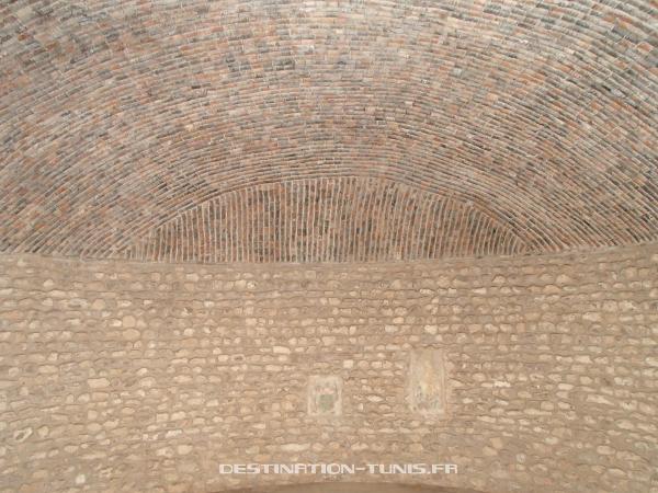 Toit en briques creuses, pour favoriser l'isolation, dans la reconstitution d'un villa d'El Jem