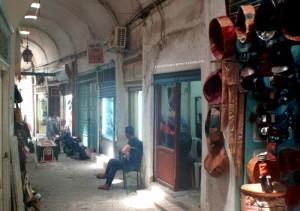 Artisans de cuirs et tombe au milieu de la rue