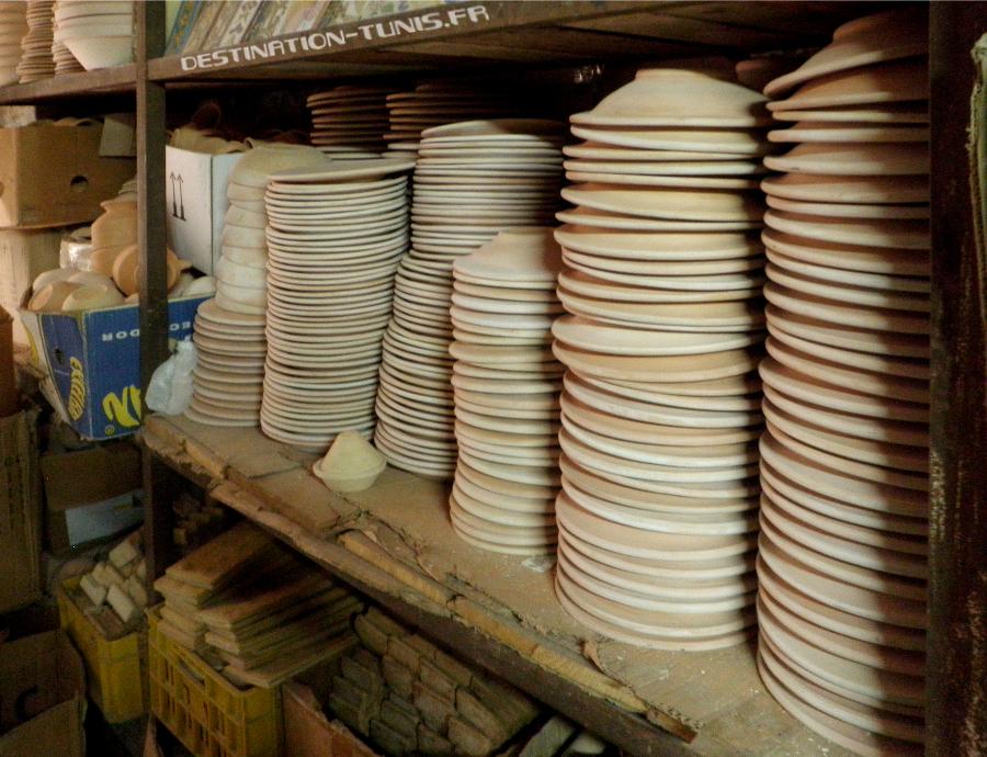 Assiettes brutes dans l'atelier de céramique