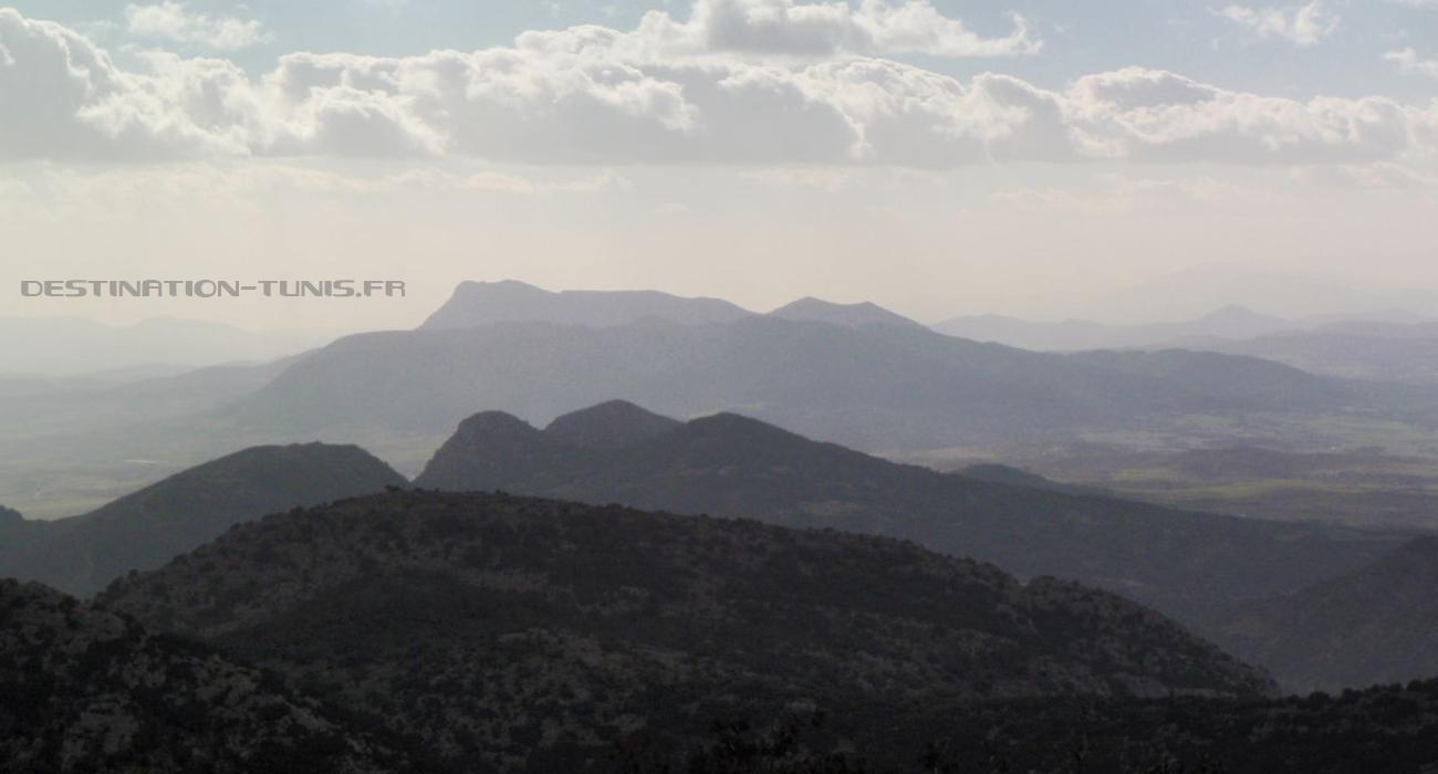 Vue sur les djebels Bent Saidane, Fkirine et Bargou (très léger, sur la droite) depuis le col.