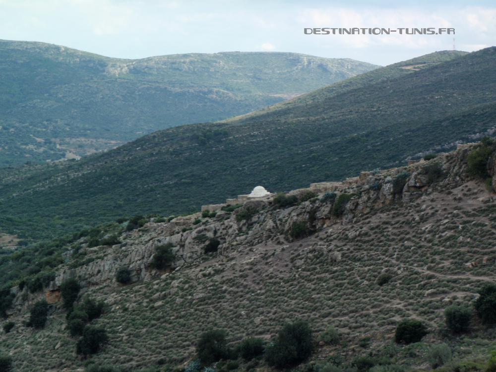 Le marabout, situé sur l'éperon rocheux, au milieu des ruines.