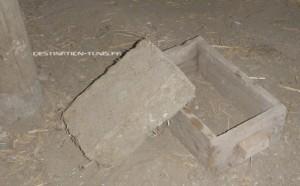 Une brique en adobe et son moule - écoferme de Mornag