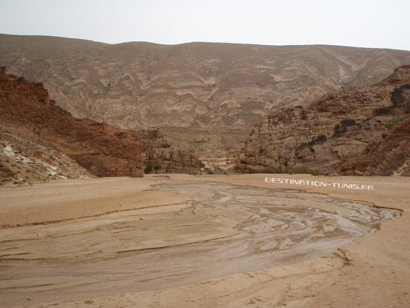Pour passer d'une vallée à l'autre, l'oued a érodé les strates et passe perpendiculairement à l'axe du pli.C'est ce qu'on appelle une clue.