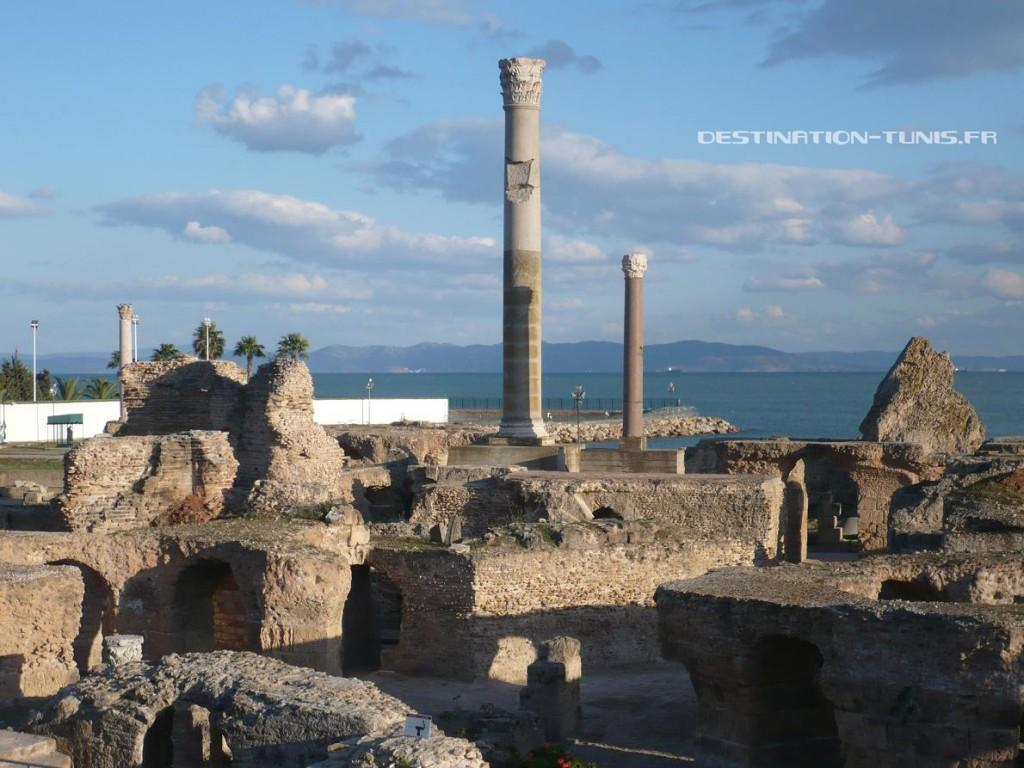 Les thermes d'Antonin, au coeur de Carthage. En arrière plan, la mer puis le massif de Korbous