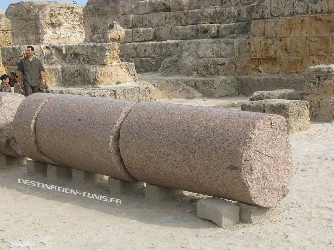 Colonne de granit rose au pied des thermes