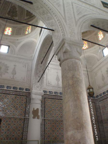Colonne de marbre, chapiteau turc et coupoles sculptées de stuc dans la zaouia.