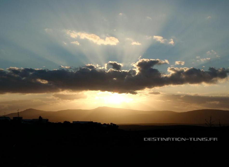 Soleil dissimulé derrière un nuage. Météo en Tunisie : fraicheur hivernale