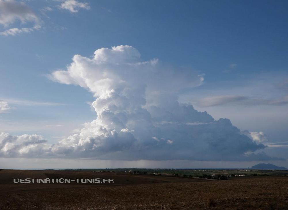 Cumulonimbus présentant une enclume par dessus, et des précipitations par dessous. Météo en Tunisie : orage d'automne sur Zembra