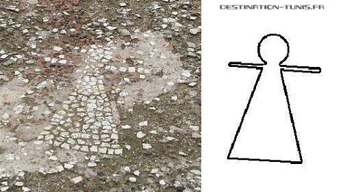 Mosaïque avec la Dame de Carthage : un rond pour la tête, un trait horizontal pour les bras, un triangle pour la robe.