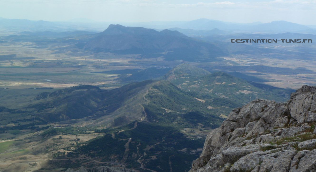 Vue depuis le sommet au sud, vers le massif du djebel Fkirine