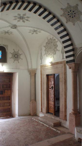 Hall d'entrée (Driba) et vue sur la porte d'entrée de l'étage (ali) initialement réservé aux invités (dar el dyaf).