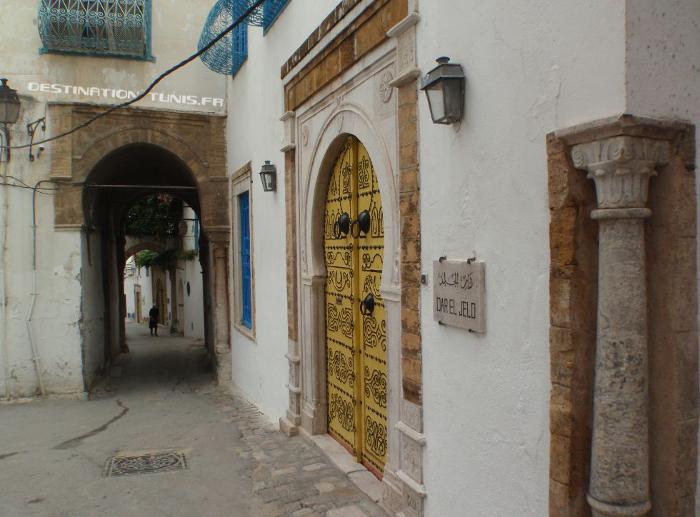 Rue Dar el Jeld : l'entrée du restaurant Dar el Jeld. Remarquez le chapiteau hispano-maghrébin faisant le coin avec le passage de la Driba