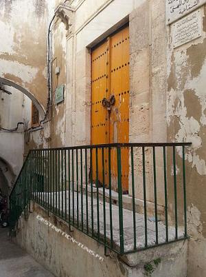 Porte d'entrée de la medersa.