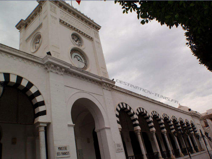 Place de la Kasbah : le Ministère des Finances avec son cadran solaire.