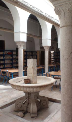 Patio central de forme allongée. Fontaine de Kadhel (grès) en son centre.