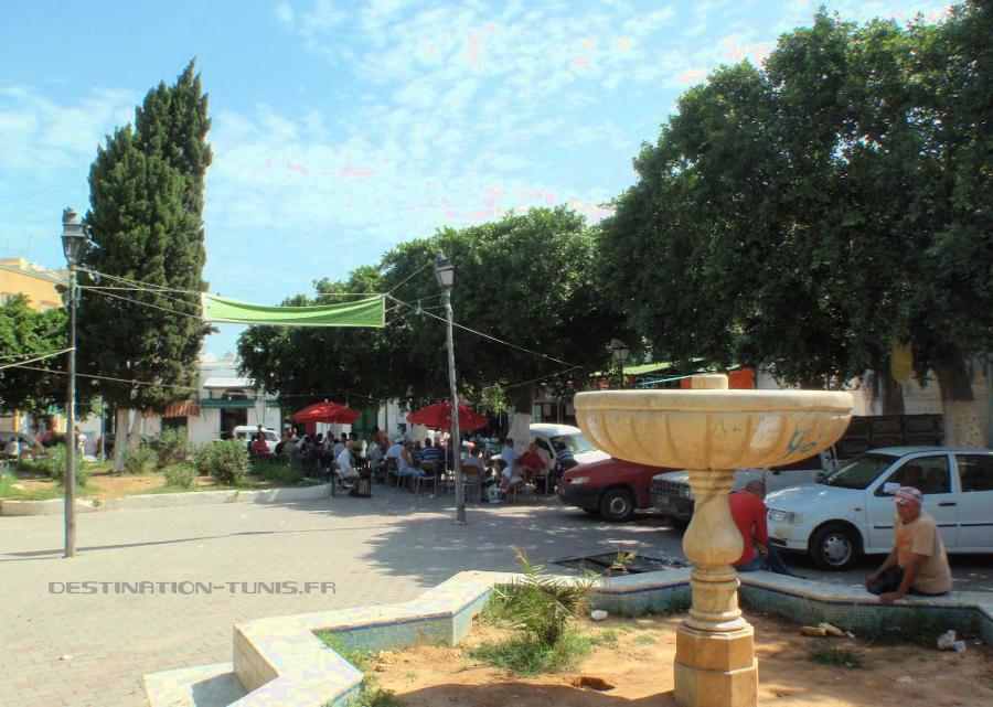 La fontaine d'Halfaouine et le café en arrière plan.[
