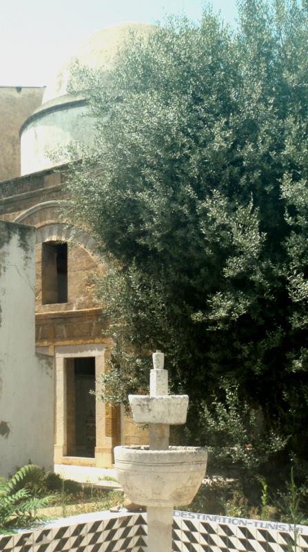La fontaine et le mausolée en arrière plan