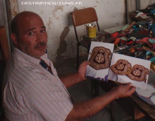 Si Abdelkrim Hasni me montrant des photos de gants servant à protéger les tatouages de henné de la mariée.