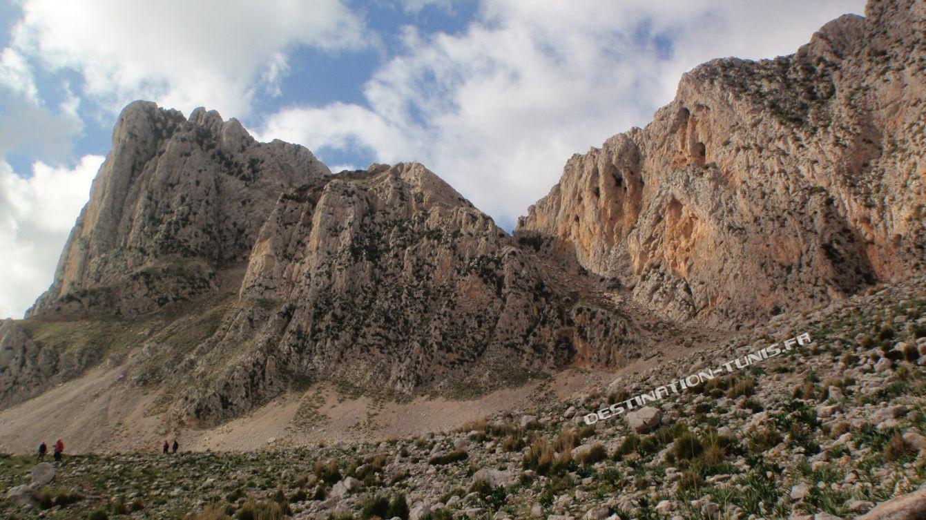 Vue sur le grand pic de Zaghouan. A droite, la combe que nous venons de descendre.