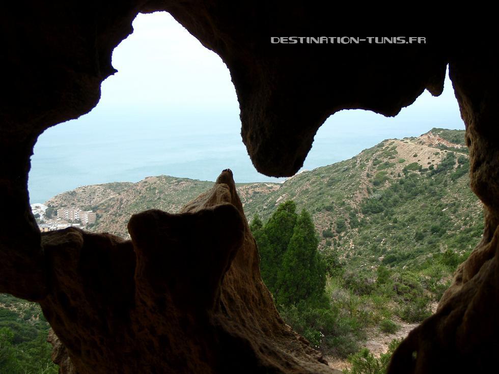 Une petite grotte taillée dans le grès de Korbous