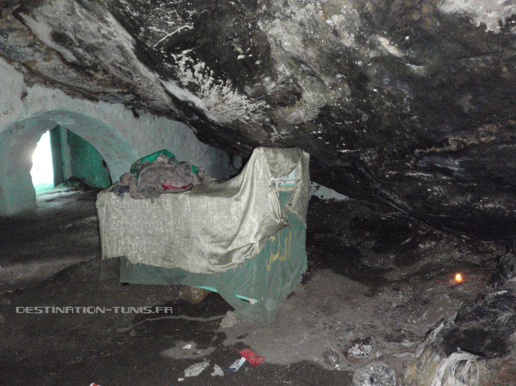 La grotte et le catafalque incendié durant l'hiver 2012-2013