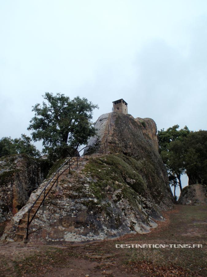 Piton rocheux.Un escalier taillé et une rambarde permettent d'atteindre facilement le sommet.