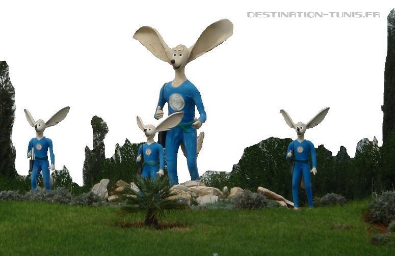 Statuette de Labib, mascotte de l'environnement, sur les routes de Tunisie