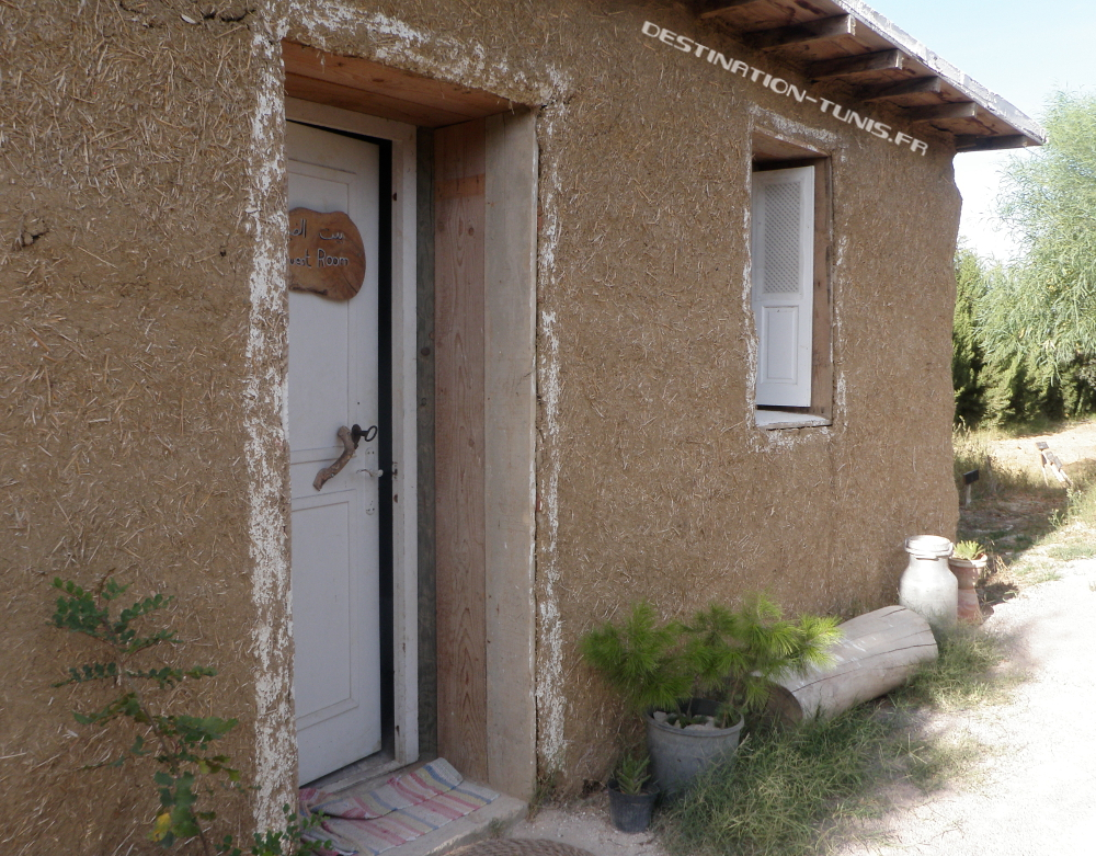 La guest-room de l'écoferme de Mornag, construite en ballots de paille