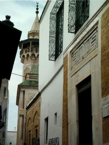 Successivement, le mausolée Sidi Ben Arous, suivi du mausolée Hammouda Pacha, suivi du minaret et de la mosquée Hammouda Pacha.