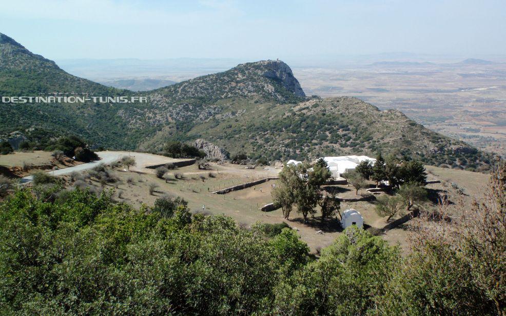 Le mausolée surplombant la plaine de Zaghouan