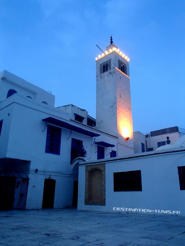 Le minaret de la mosquée principale de Sidi Bou Saïd, avec l'esplanade au 1er plan