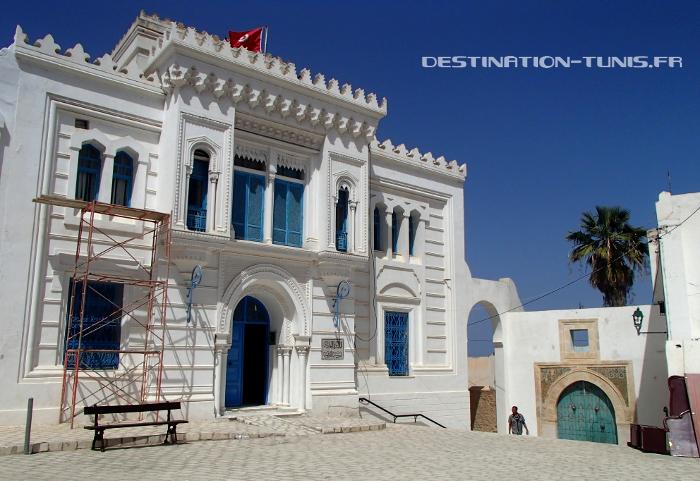 La municipalité, et en bas, la porte d'entrée de Dar Echaraa
