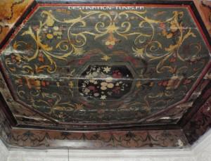 Plafond peint d'une pièce du palais.