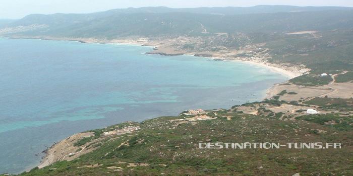 Vue sur la plage : le petit port au 1er plan puis les différentes plages