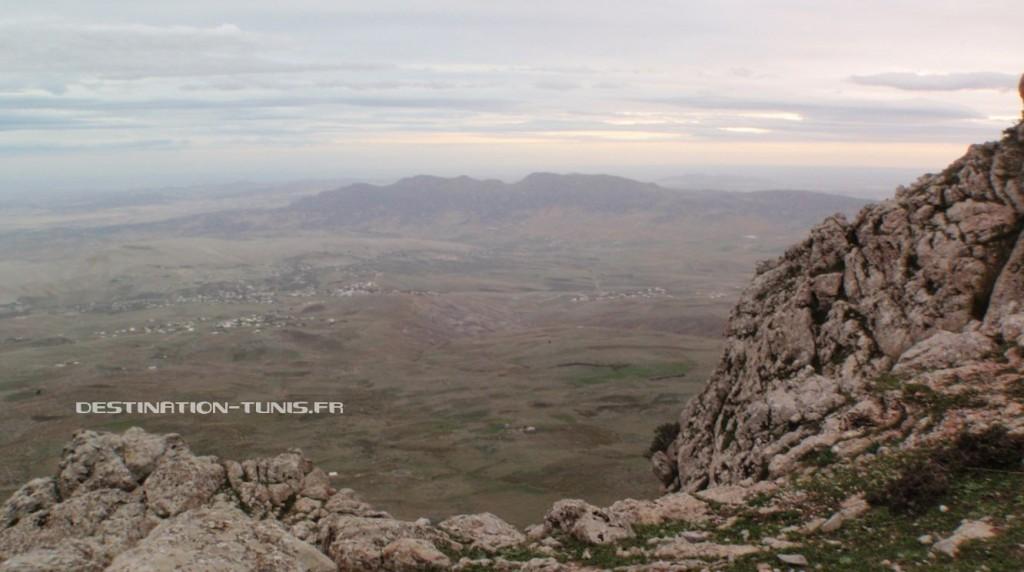 La vue sur la plaine, 400m plus bas, et le djebel Zriba en toile de fond.