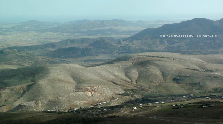 Une vue encore une fois magnifique! Au fond, un point blanc : le village berbère de Zriba, entre deux falaises !