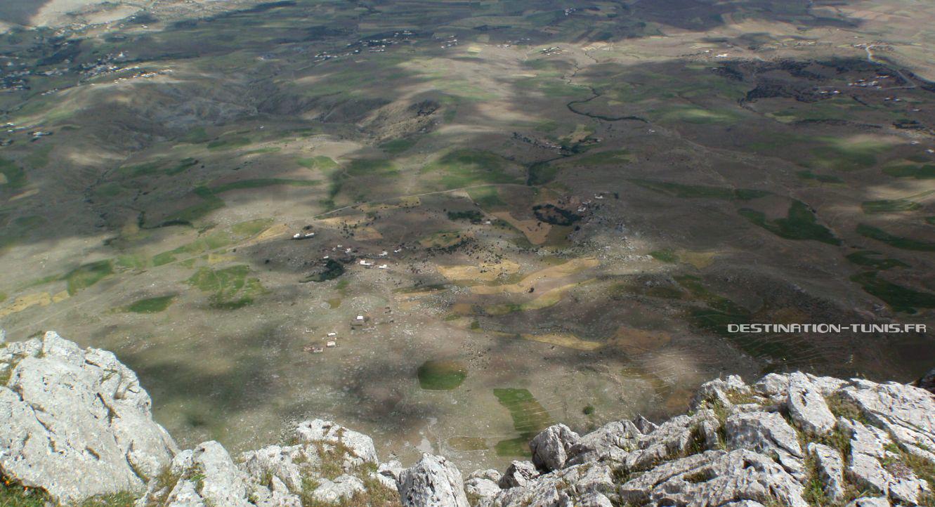 Vue depuis le sommet sur les plaines de Zriba, presque 1000m plus bas