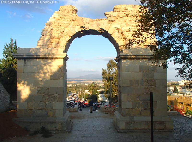 La porte romaine ouvrant sur la plaine