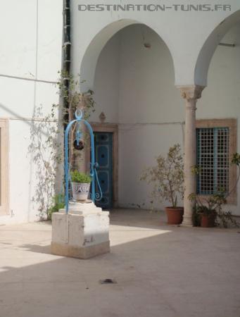 Le puits dans un coin du patio.