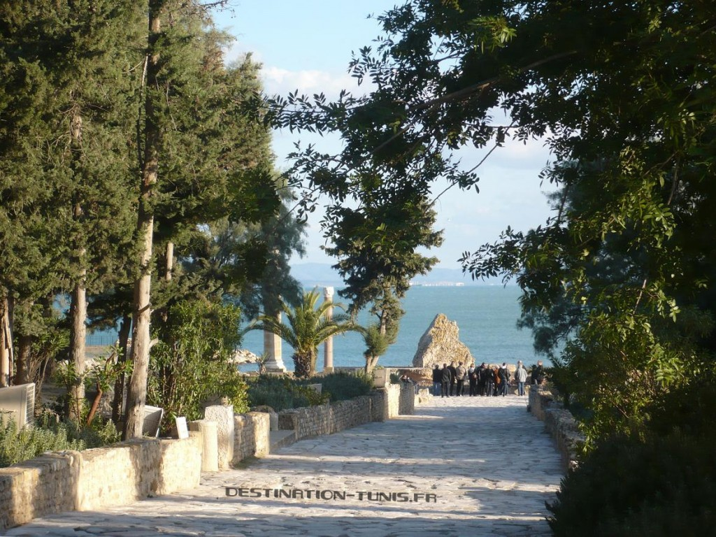Allée pavée donnant sur la mer à Carthage