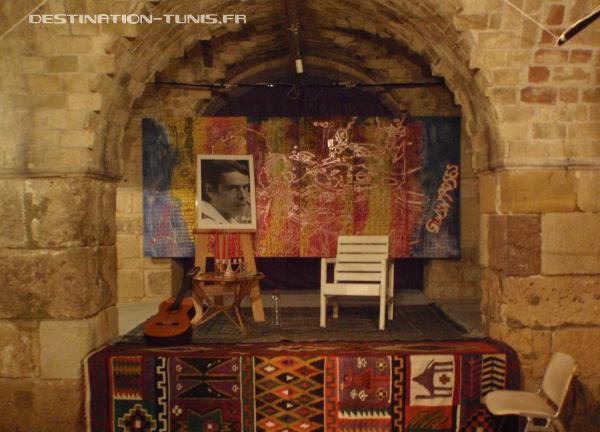 La scène, au centre de la galerie d'art.