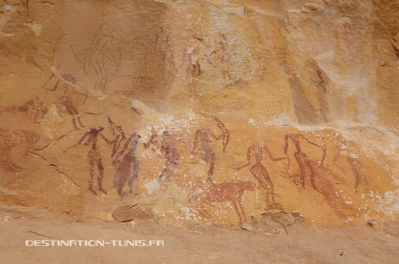 Scènes de chasse : hommes et femmes armés d'arc