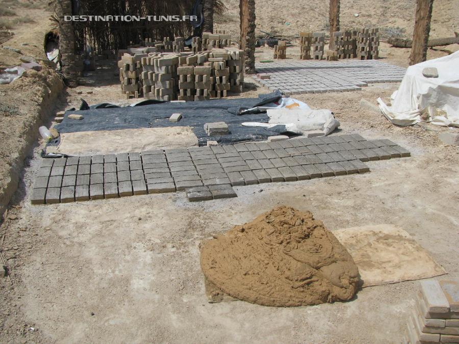 Une fois recouvertes de cendres, les briques sont séchées au soleil