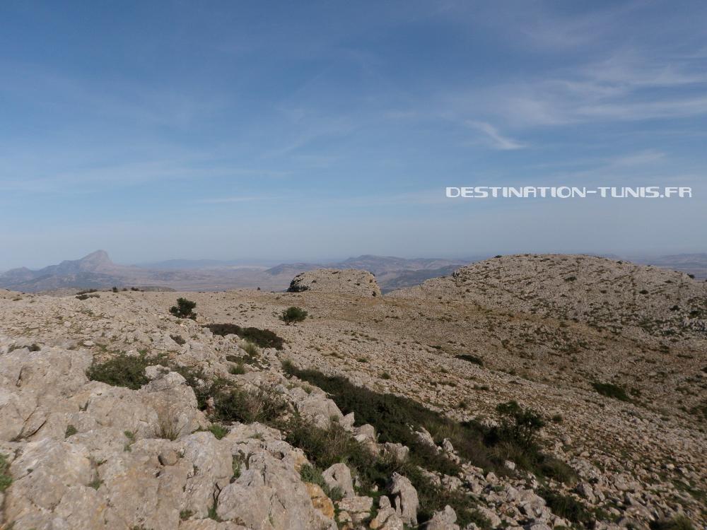 Depuis le sommet, la vue est également dégagée en direction du massif de Zaghouan