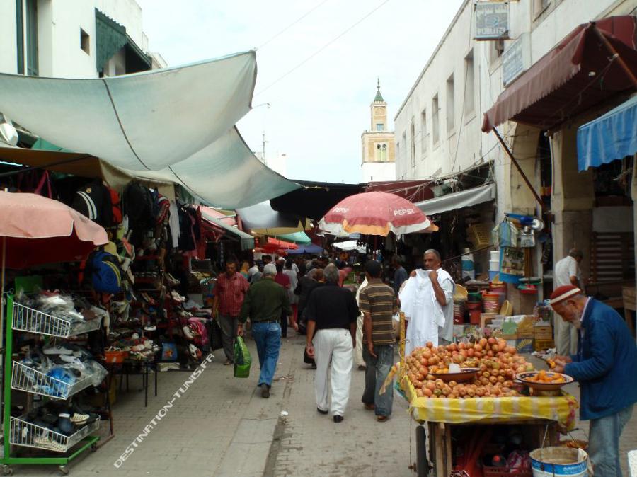 L'entrée de la rue du Souk el Halfaouine. Marchand de hendi (figues de Barbarie).