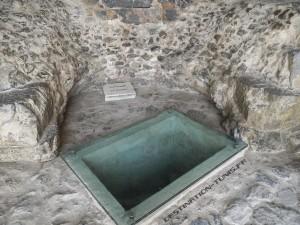 Plaque protégeant le captage de la source principale du Templs des Eaux