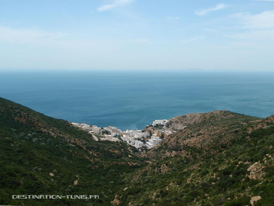 Korbous, au creux d'une crique. Au fond, la colline de Sidi Bou Saïd.